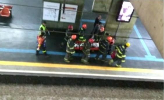 [Homem \'surfa\' em cima de trem, recebe choque elétrico e é hospitalizado]