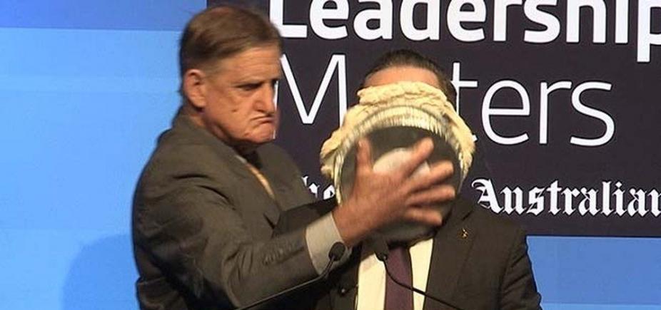 [Presidente de companhia aérea leva torta na cara durante evento; veja vídeo]