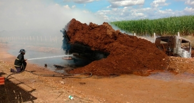 Caminhão fica destruído após pegar fogo em Juazeiro