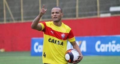 Lateral do Vitória sente a coxa e preocupa para partida contra o Corinthians