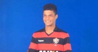 Lateral-direito posa com a camisa do Vitória antes de assinar contrato