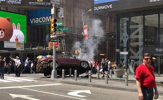 Carro em alta velocidade atinge ao menos 10 pessoas em Nova York