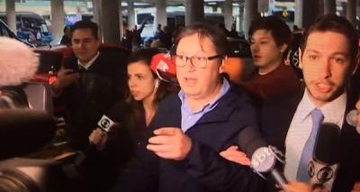 Deputado que recebeu mala com R$ 500 mil chega ao país e é hostilizado