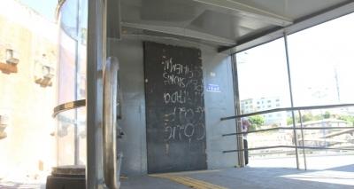 Fechados, elevadores da Via Expressa se tornam abrigo de moradores de rua e até bares