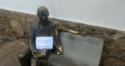 Estátua de Tancredo Neves em Minas amanhece com placa: 'Vergonha dos meus netinhos'