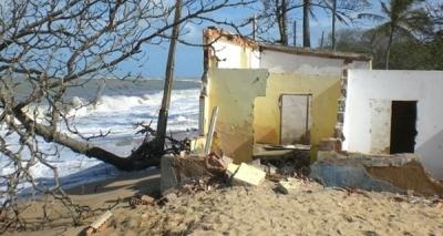 Avanço do mar faz Mucuri decretar situação de emergência
