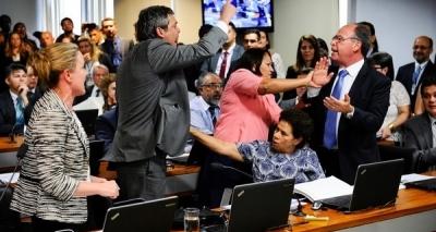 Após bate-boca, comissão dá como lido relatório da reforma trabalhista e encaminha votação