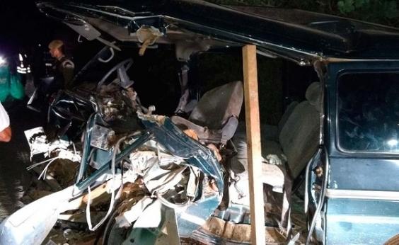 Van colide com retroescavadeira e motorista morre em Brumado