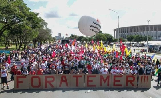Manifestantes entram em confronto com policiais em Brasília; veja vídeo