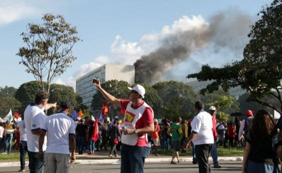 Manifestantes colocam fogo no Ministério da Agricultura e prédios são evacuados