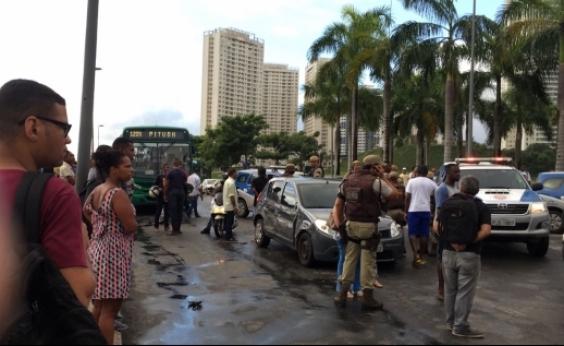 Perseguição policial acaba em tiroteio em frente ao Shopping Bela Vista