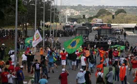 Manifestantes incendeiam prédios em Brasília; exército é acionado