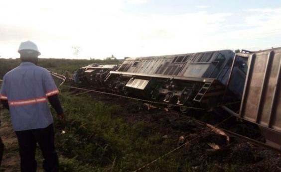 Carreta colide em trem e locomotiva descarrila na BR-242