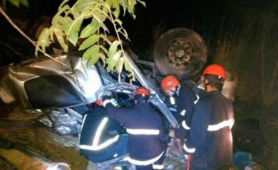 Uma pessoa morre e quatro ficam feridas em acidente envolvendo carretas na BR-242