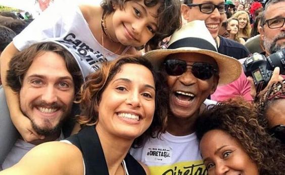 Manifestantes e artistas pedem eleições diretas e saída de Temer em Copacabana