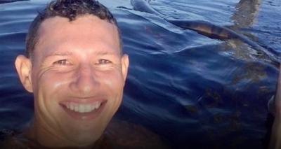 Selfie de jovem com cobra anaconda em rio viraliza na internet