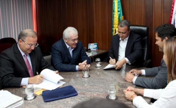Rui assina contrato ampliando recursos para o Hospital Regional de Ruy Barbosa