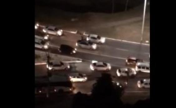 Assaltantes aproveitam engarrafamento e atacam motoristas na Av. Juracy Magalhães; veja vídeo