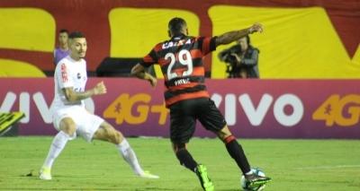 Vitória perde por 2 a 0 para o Santos e volta para a zona de rebaixamento no Brasileirão