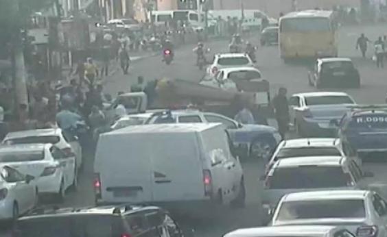 Pedestre é atropelado por caminhão na Calçada; trânsito na região fica travado