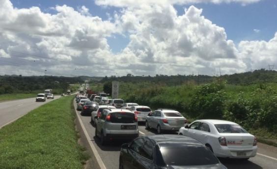 Fluxo de saída da cidade para o São João deixa trânsito travado na BR-324
