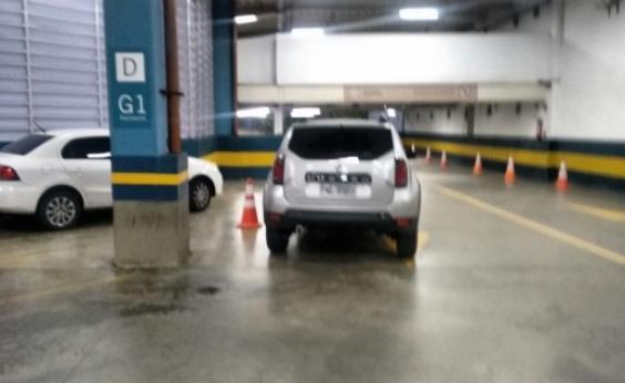 Na falta de vaga, motorista para veículo em via de estacionamento e atrapalha passagem