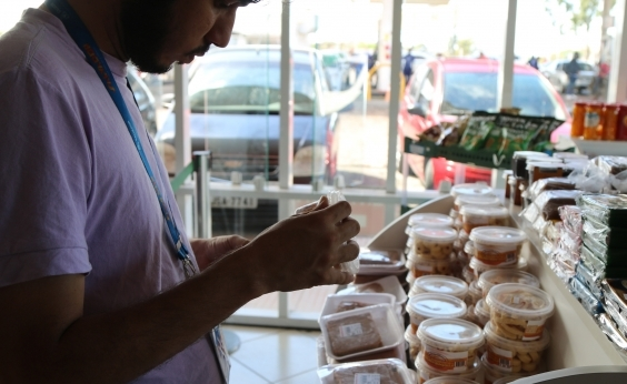 Codecon flagra nove quilos de iogurte vencido em mercado de Mussurunga