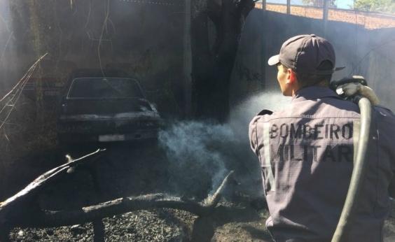 Barreiras: incêndio atinge depósito de carros antigos neste domingo
