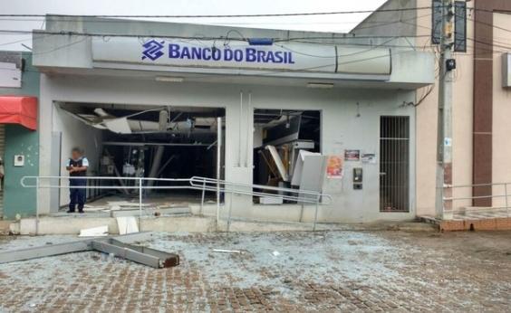 Quadrilha assalta agência bancária em Várzea da Roça e incendeia carro na BA-130