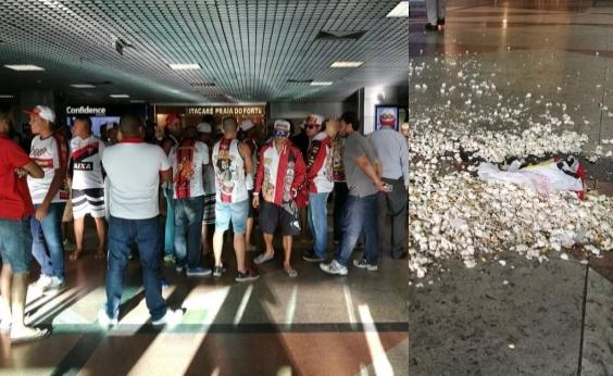 Torcida do Vitória atira pipocas em jogadores no desembarque em Salvador; vídeo