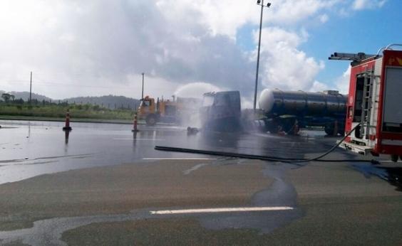 Carreta com produto químico pega fogo e interdita BA-093 na região de Pojuca