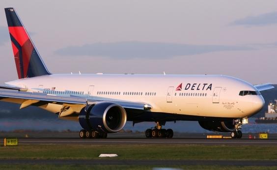 Passageiro leva garrafada de aeromoça ao tentar abrir porta de avião durante voo