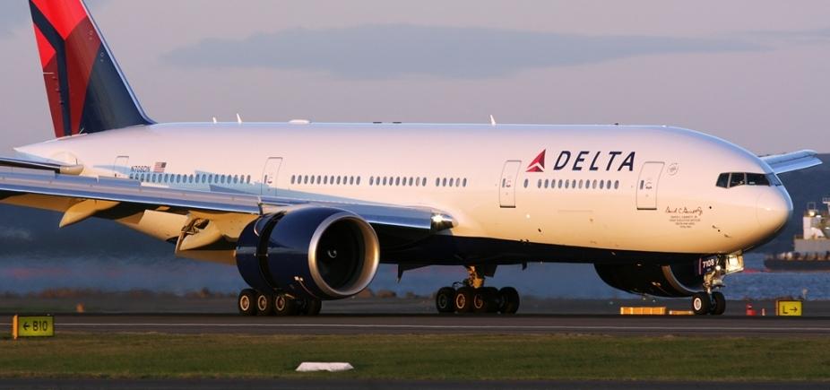 [Passageiro leva garrafada de aeromoça ao tentar abrir porta de avião durante voo ]