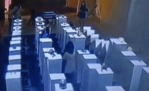 Mulher cai ao tentar tirar selfie em galeria de arte e causa prejuízo de US$ 200 mil