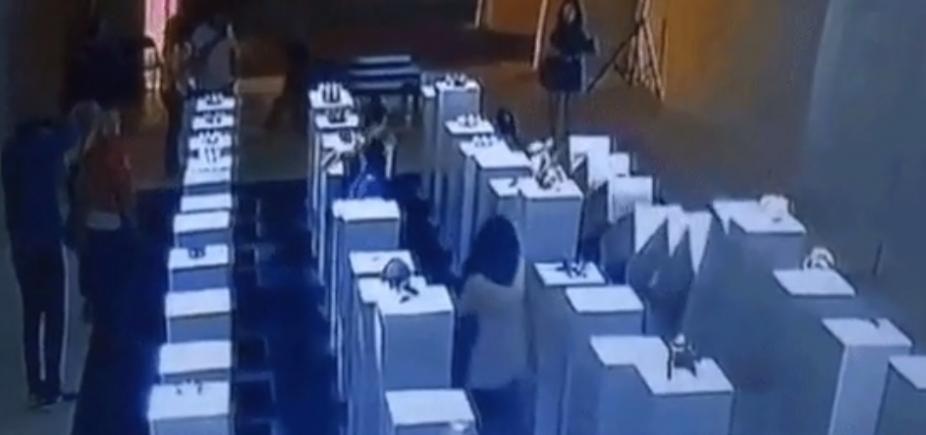 [Mulher cai ao tentar tirar selfie em galeria de arte e causa prejuízo de US$ 200 mil]