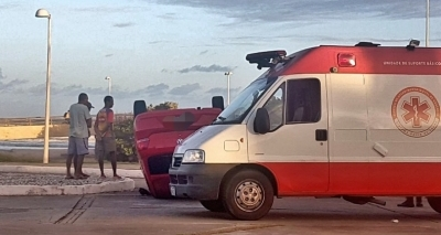 Carro capota na orla da Boca do Rio e deixa motorista ferido