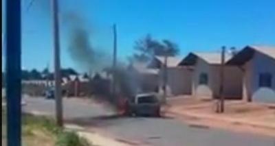 Mulher queima carro do marido após flagrar traição com amante; vídeo