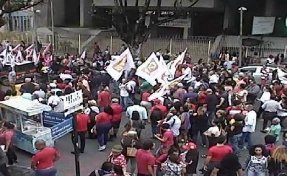 Manifestantes realizam ato em apoio a candidatura de Lula no Campo Grande