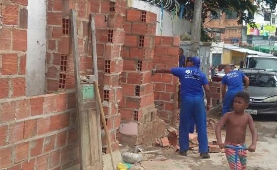 Obstruindo a passagem de pedestres, oito boxes irregulares são demolidos em Sussuarana