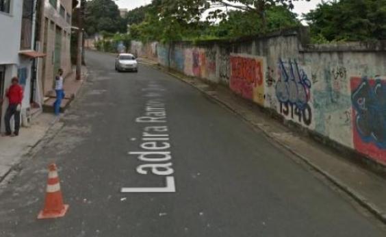 Muro desaba e interdita trânsito em rua de Santo Antônio Além do Carmo