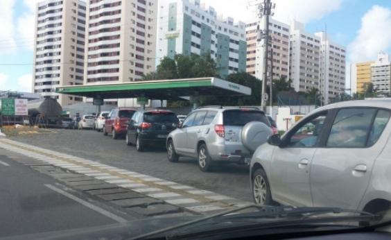 Soteropolitanos enfrentam filas em postos que ainda não repassaram o aumento da gasolina