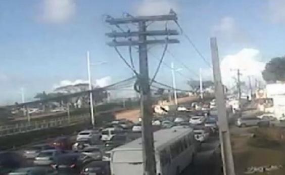 Motorista fica preso nas ferragens após acidente envolvendo carro e ônibus em Stella Maris