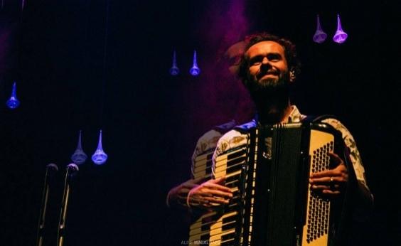 Marcelo Jeneci faz show no Teatro Castro Alves neste sábado; veja