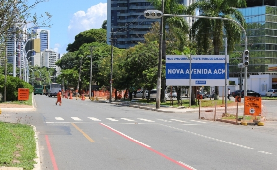 Obras na Avenida ACM estão atrasadas há dois meses