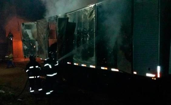 Carregado de papelão, caminhão pega fogo e fica parcialmente destruído em Barreiras