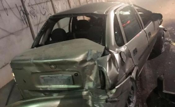 Motorista foge de blitz da Lei Seca e capota carro na Av. Tancredo Neves