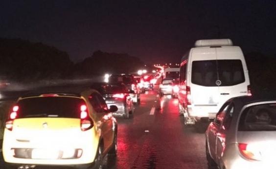 Teste de paciência! Obra da CLN em ponte gera longo congestionamento na Estrada do Coco