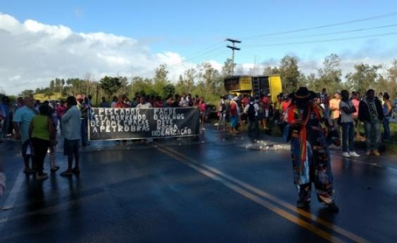 Cobrando indenização da Petrobras, pescadores fecham entrada de Madre de Deus
