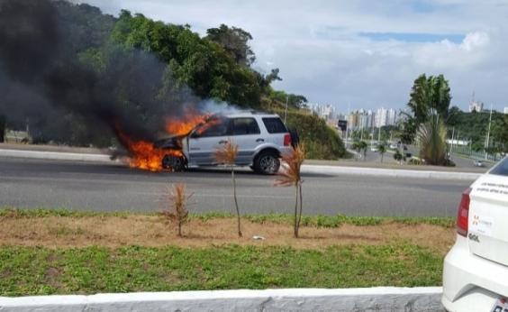 Carro pega fogo na Av. Luís Eduardo Magalhães e trava trânsito na região; veja vídeo