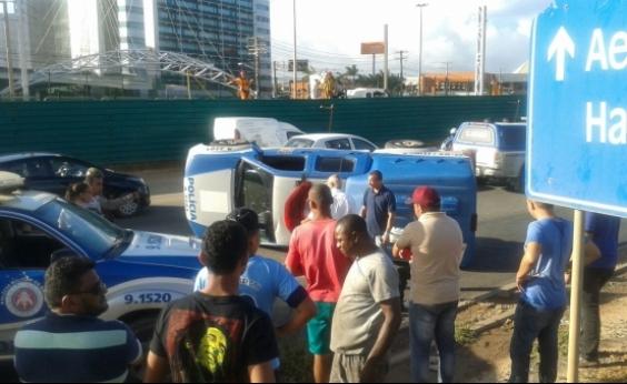 Viatura da Polícia Civil capota na Paralela após colisão com carro perseguido pela PM